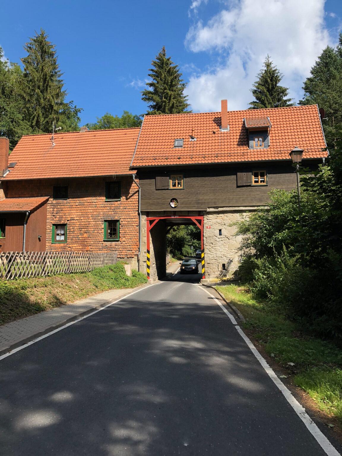 Straße führt durch Haus