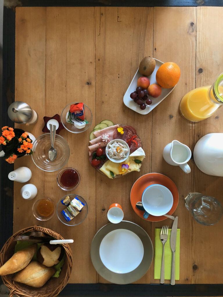 """Frühstück in der Pension """"Onkel Ernst"""""""
